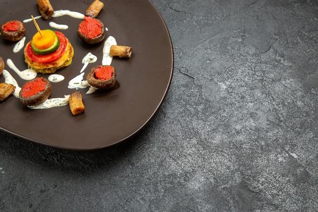 正面図調理されたカボチャは灰色のスペースのプレート内の食事を設計
