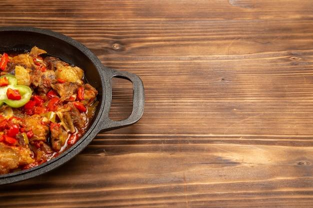 전면보기 갈색 나무 표면에 팬 내부 야채 식사 요리