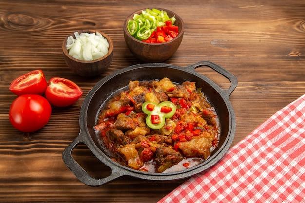 전면보기 갈색 표면에 슬라이스 피망 샐러드와 야채 식사 요리