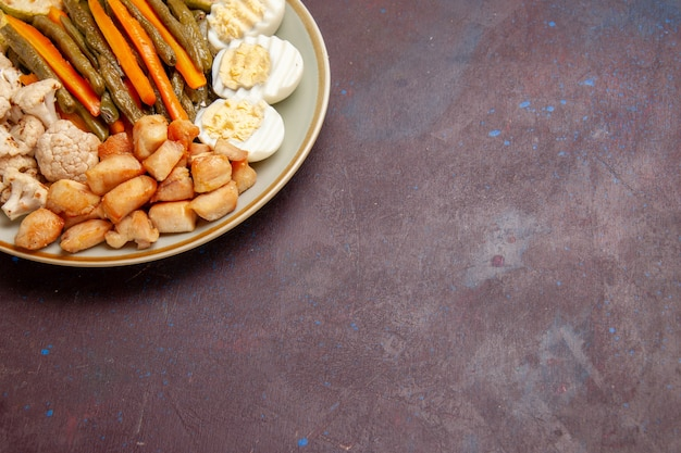 暗い空間で卵粉と調理野菜の正面図