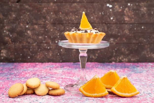 正面のクッキーと明るい表面にオレンジスライスのケーキクッキービスケットフルーツケーキ砂糖甘い