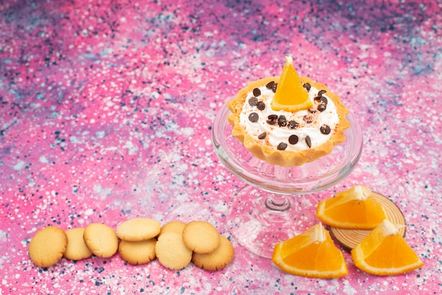 正面のクッキーと明るい表面にオレンジスライスのケーキクッキービスケットフルーツケーキ甘い