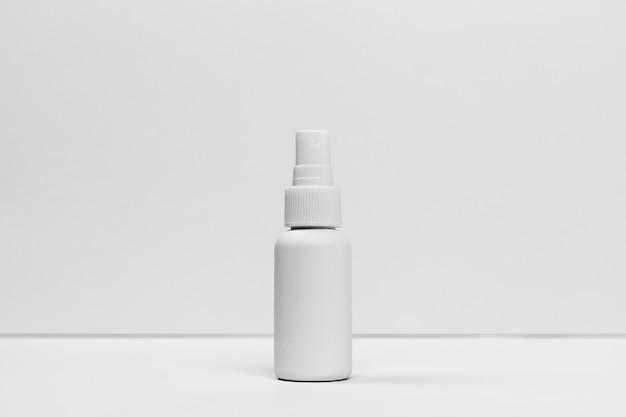 Vista frontale del flacone cosmetico con copia spazio