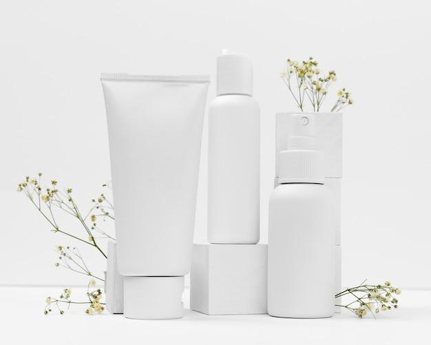 Vista frontale di prodotti cosmetici con copia spazio