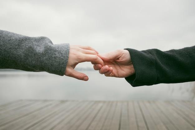 Vista frontale del concetto di mani delle coppie