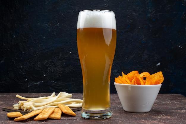 Vista frontale di patatine e patatine insieme a birra sulla superficie scura