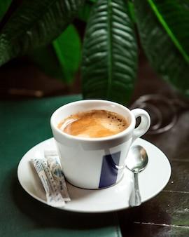 설탕과 카푸치노의 전면보기 컵