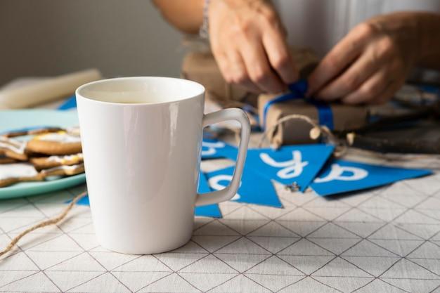 Вид спереди чашка кофе и счастливая ханукальная гирлянда