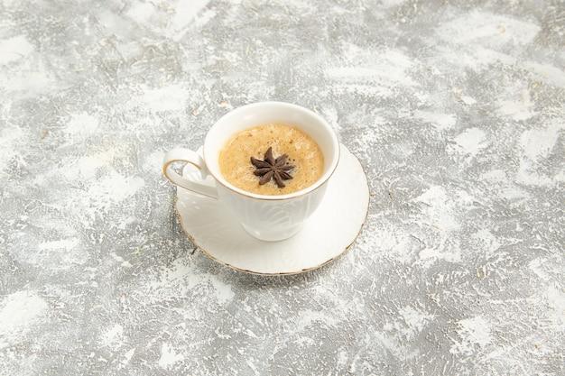 Чашка кофе, вид спереди на белой поверхности