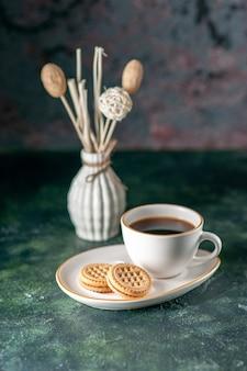 Вид спереди чашка чая в белой тарелке на темной стене цвет завтрак утро фото хлеб стакан напиток
