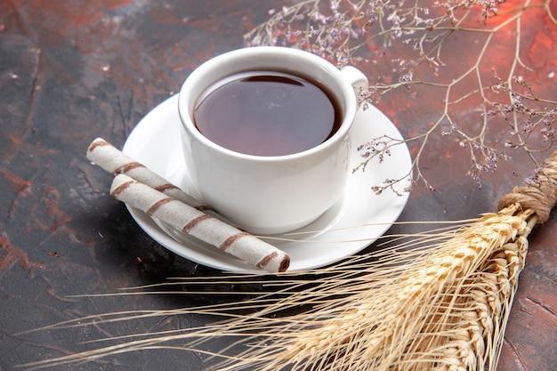 Вид спереди чашка чая на темном столе чайный темный