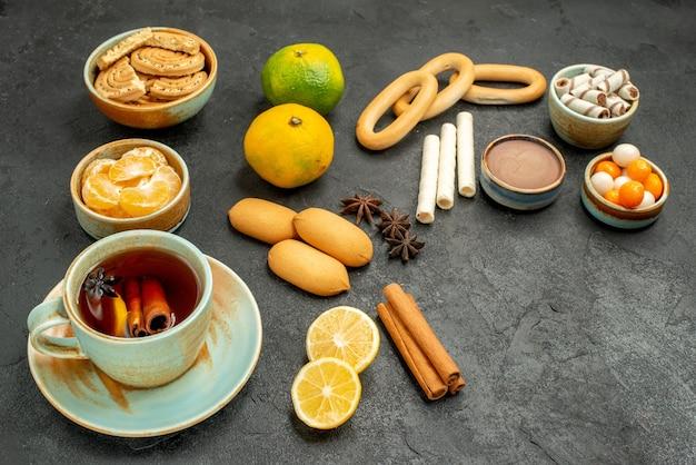 ダークテーブルケーキビスケットティークッキーにビスケットとフルーツの正面図のお茶