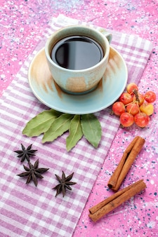ピンクのbackgruondティードリンクフルーツカラーにシナモンとチェリーの正面図のお茶