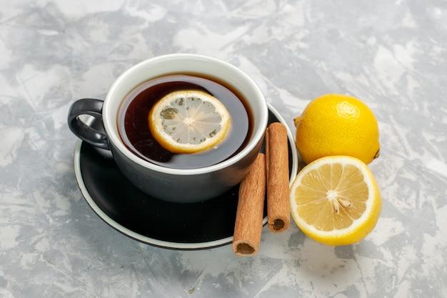 白い表面にシナモンとレモンとお茶の正面図