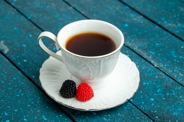 青い素朴なデスクティーシュガービスケットクッキーにコンフィチュール付きの正面図のお茶