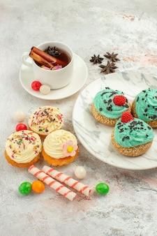 흰색 배경 케이크 비스킷 디저트 달콤한 파이에 크림 케이크와 함께 차의 전면 뷰 컵