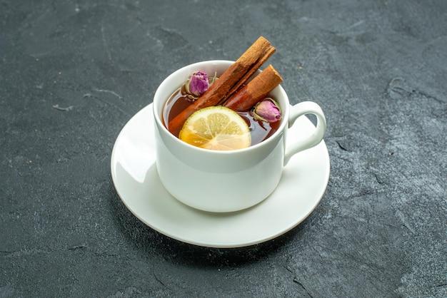 花とお茶と暗い表面のお茶の果実の柑橘類の儀式の正面図のお茶