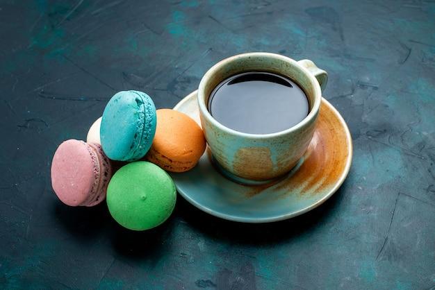 ダークブルーのbackgruondベイクケーキパイシュガースウィートティーにフレンチマカロンとお茶の正面図