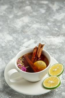 흰색 표면 차 음료 뜨거운 설탕 달콤한에 레몬과 계피 차 전면보기 컵
