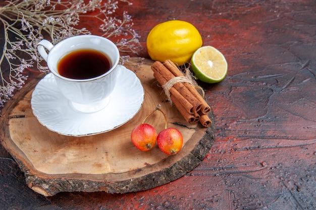 暗い背景にレモンとお茶の正面図