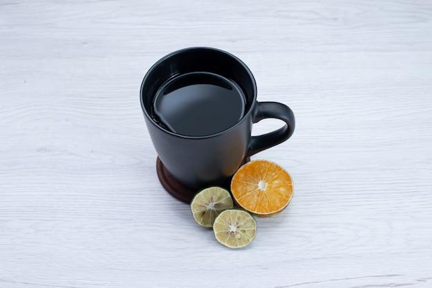 白い机の上にレモンとお茶の正面図