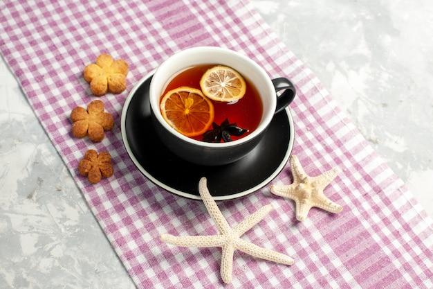 白い机の上にレモンスライスとお茶の正面図