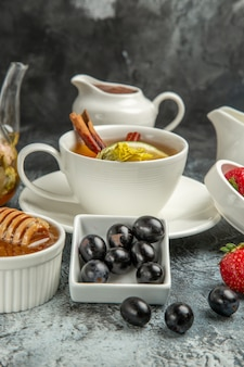 暗い表面の朝の食べ物の朝食にオリーブと蜂蜜とお茶の正面図