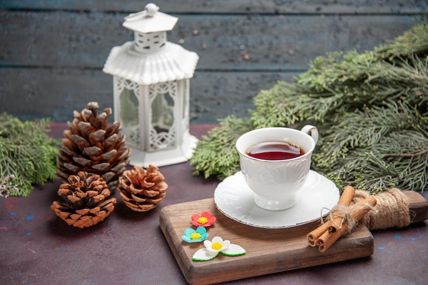 Vista frontale tazza di tè all'interno di una tazza di vetro su uno spazio buio
