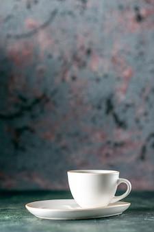 Vista frontale tazza di tè nel piatto bianco sulla parete scura colore cerimonia mattina foto pane bevanda in vetro