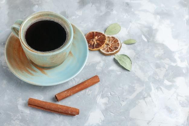Vista frontale tazza di tè con cannella su sfondo bianco bere tè cannella limone colore