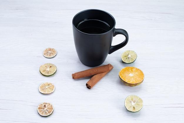 Vista frontale tazza di tè con cannella su bianco