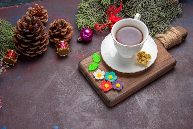Vista frontale tazza di tè con coni su spazio buio dark