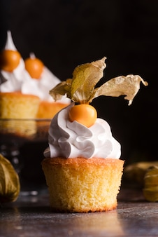 Vista frontale del cupcake con glassa e frutta