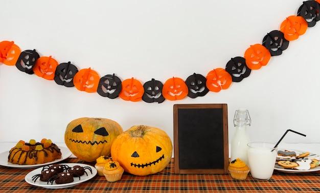 Vista frontale del simpatico concetto di halloween con copia spazio