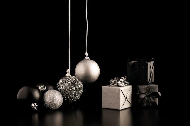 Vista frontale di ornamenti natalizi scuri