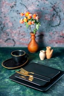 어두운 책상 칼 붙이 레스토랑 점심 색상 플레이트 차 음료에 황금 포크와 나이프와 전면보기 어두운 사각형 접시