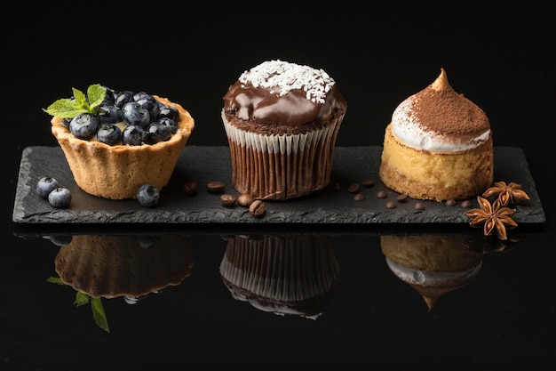 Vista frontale del delizioso assortimento di dessert