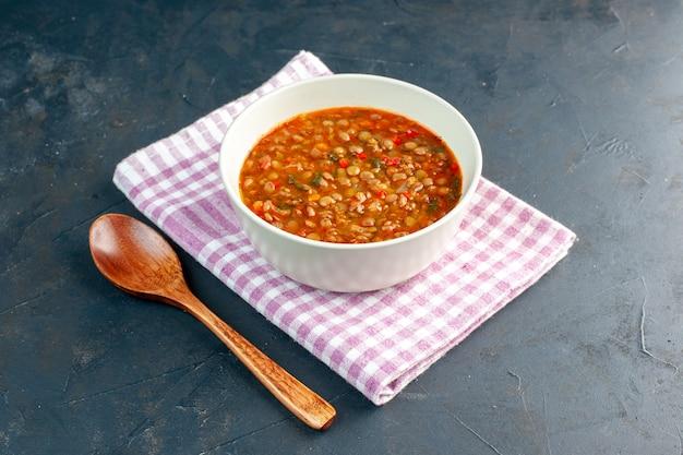 어두운 배경에 접시 안에 전면보기 맛있는 콩 수프