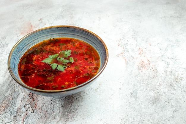 正面図白いスペースのプレートの内側に肉が入ったおいしいボルシチの有名なウクライナのビートスープ
