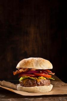 Disposizione deliziosa dell'hamburger di vista frontale