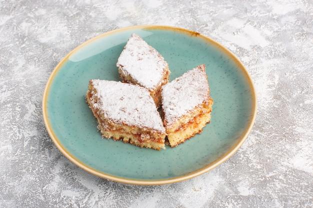 テーブルの上のプレート内の砂糖の粉で正面のおいしいケーキスライス、ケーキビスケット砂糖甘いペストリー焼き