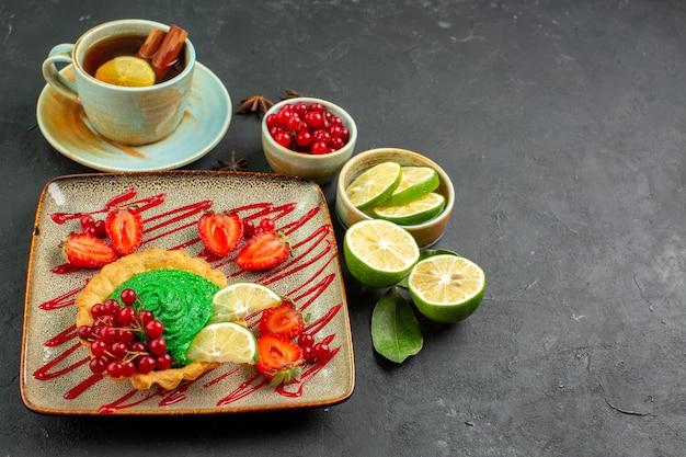 Deliziosa torta vista frontale con tè e frutta