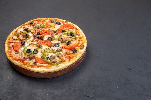 正面図おいしいチーズピザは、暗い表面にオリーブピーマンとトマトで構成されています