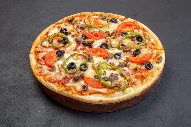 La deliziosa pizza al formaggio di vista frontale è composta da olive, pepe e pomodori sulla superficie scura