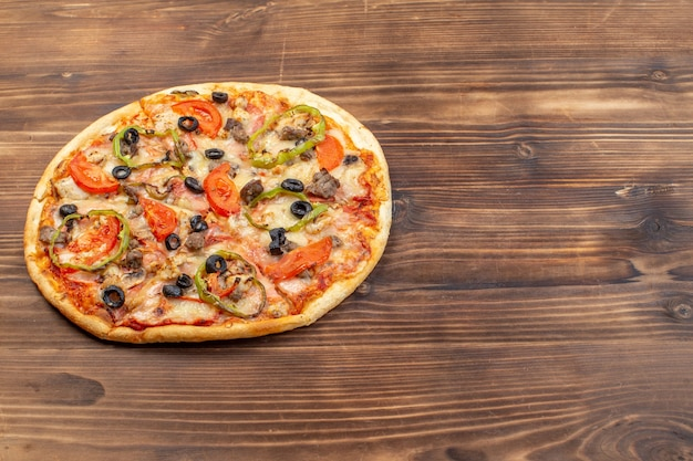 Вид спереди вкусной сырной пиццы на коричневой деревянной поверхности