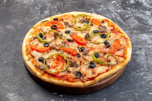 Вид спереди вкусная сырная пицца на серой поверхности