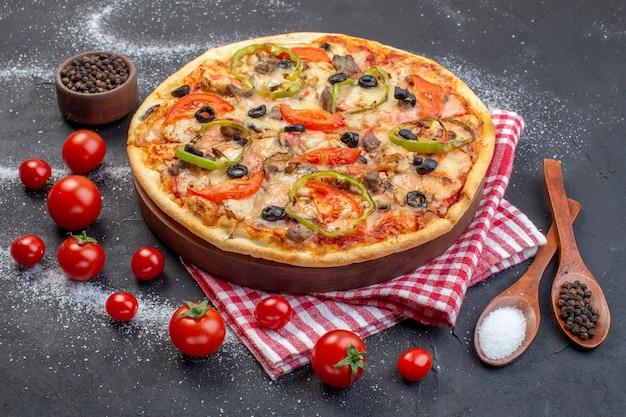 Вид спереди вкусная сырная пицца с красными помидорами на темной поверхности