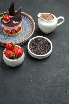 正面図チョコレートイチゴとプレートボウルにイチゴとチョコレートとおいしいチーズケーキ