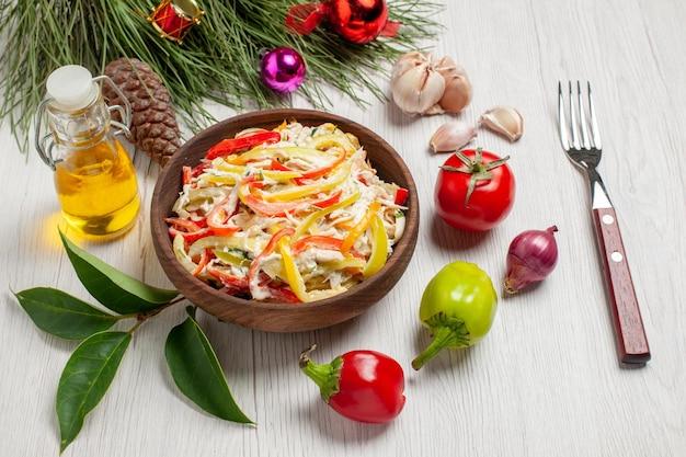 正面図白い背景にマヨネーズと野菜のおいしいチキンサラダ肉の新鮮な食事のスナックサラダ