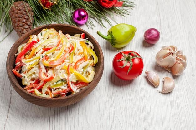 正面図白い机の上にマヨネーズと野菜を添えたおいしいチキンサラダスナック熟した色の肉の新鮮な食事のサラダ